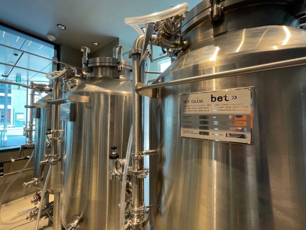 300Lのビール醸造タンクが並ぶ