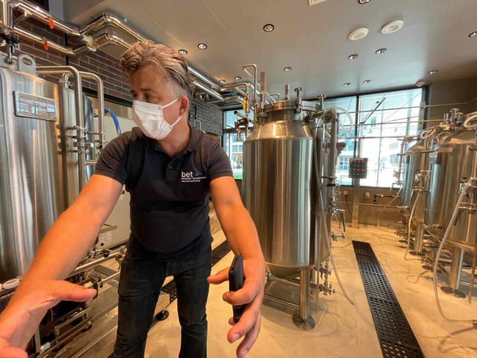 醸造所設備について話すマルクス代表