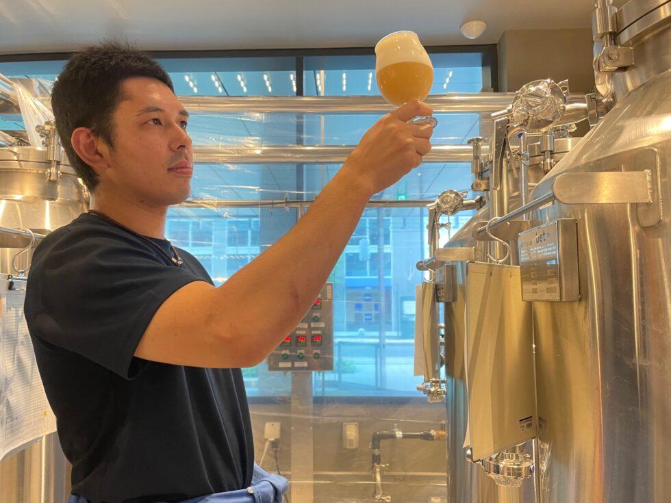 ビールの出来栄えを確かめる畠山さん
