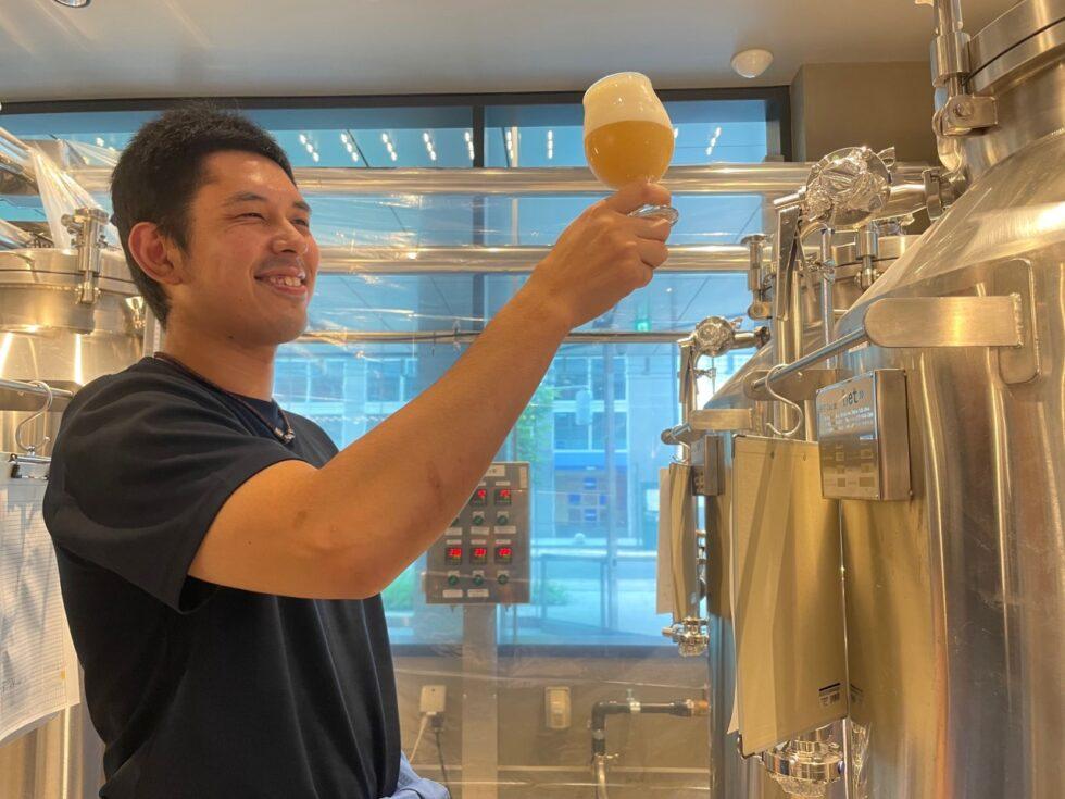 出来上がったビールをチェックするブリュワーの畠山崇裕さん