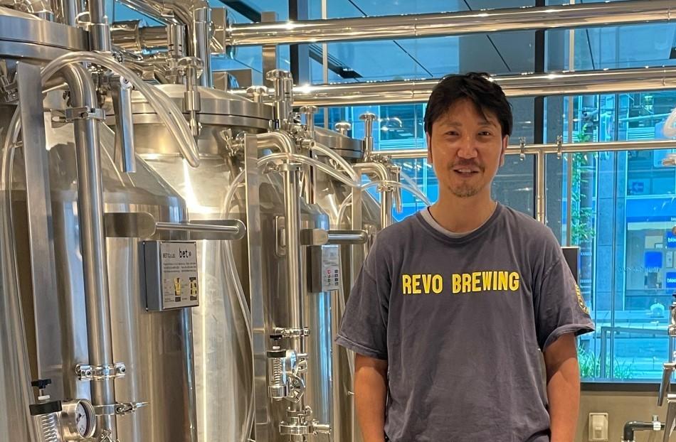 醸造所で写真撮影に応じる髙橋さん
